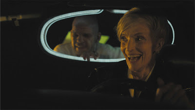 E aprontando as maiores confusões com a sua motorista Céline (Edith Skob)
