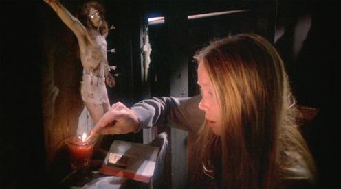 Não é a tôa que a bichinha vivia com essa cara de assustada, olha o Cristo que ficava no quarto dela.