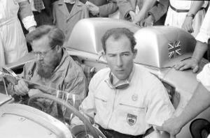 Denis Jenkinson (esquerda) pega uma carona com Stirling Moss, um dos raríssimos pilotos a ser considerado por muitos entre os melhores de todos os tempos sem ter vencido um único campeonato na F1.
