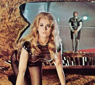 O futuro do universo está nas mãos dessa moça. Aqui Barbarella na sua nave que é peludinha por dentro.